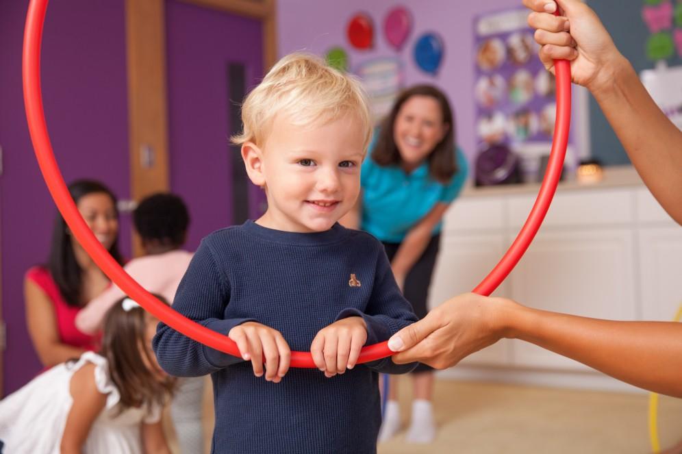 Photo-Kindermusik-Toddler-boy-smiling-hula-hoop-visual-5234x3489-5234x3489 (2)